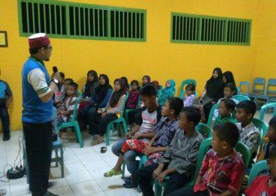 Ustadz rofiq memberikan motivasi kepada anak-anak