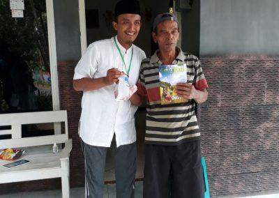 Membagikan daging qurban kepada warga desa Kalimanis Blitar